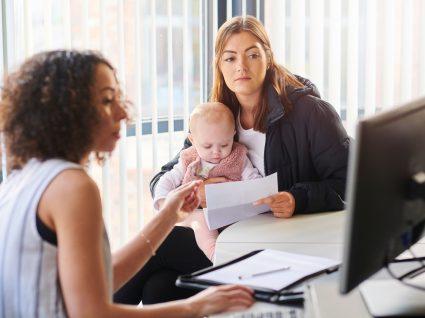 mulher no centro de emprego com filho