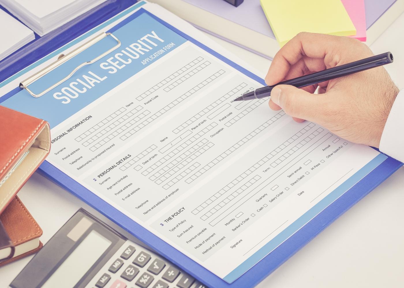 pessoa a preencher documento da segurança social