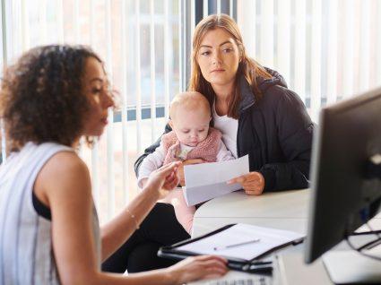 mãe com filho a ver alternativas ao subsídio de desemprego