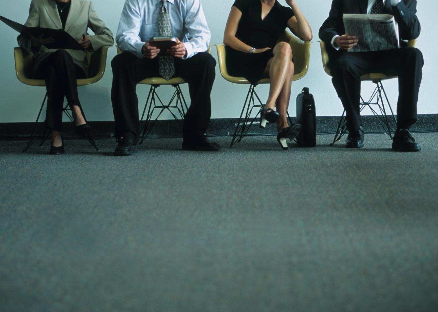 pessoas à espera de entrevista
