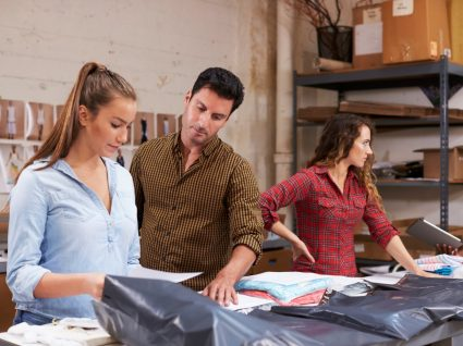 supervisor a avaliar trabalho de duas jovens