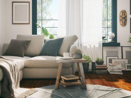 sala decorada com almofadas e mantas e outros objetos de tons claros