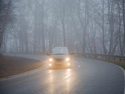 pessoa a conduzir com nevoeiro