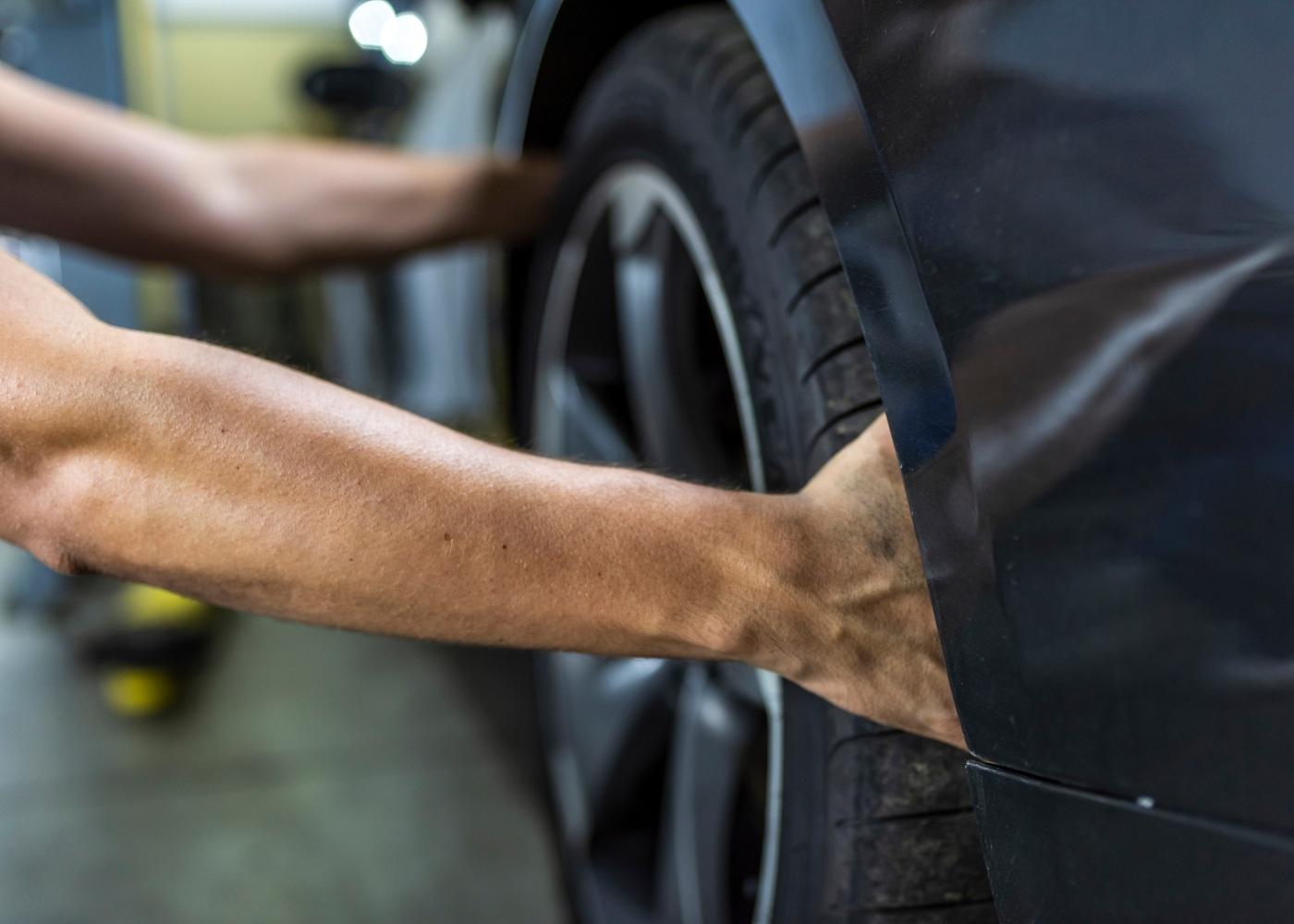 pessoa a mudar pneu do carro