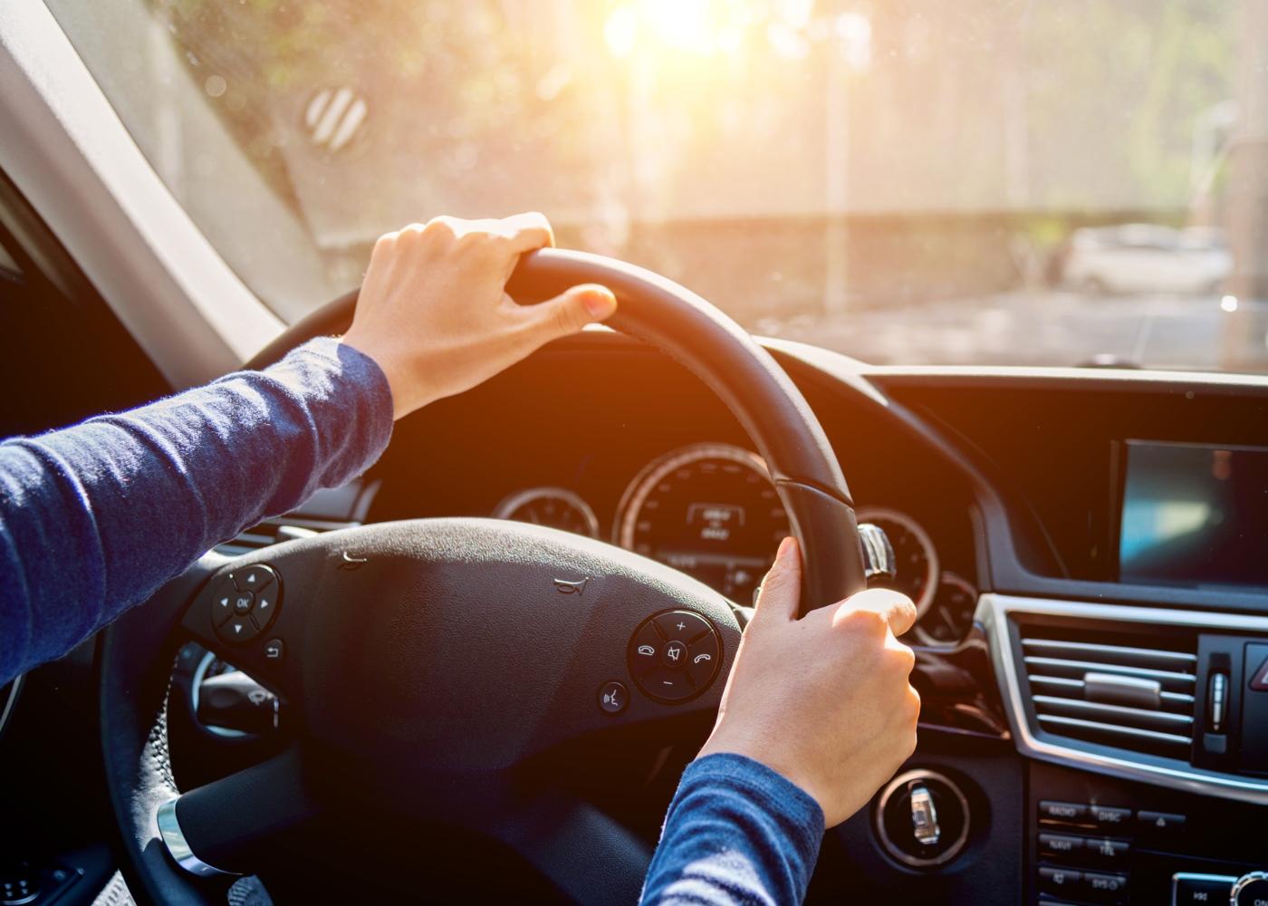 mulher a alinhar a direção com volante