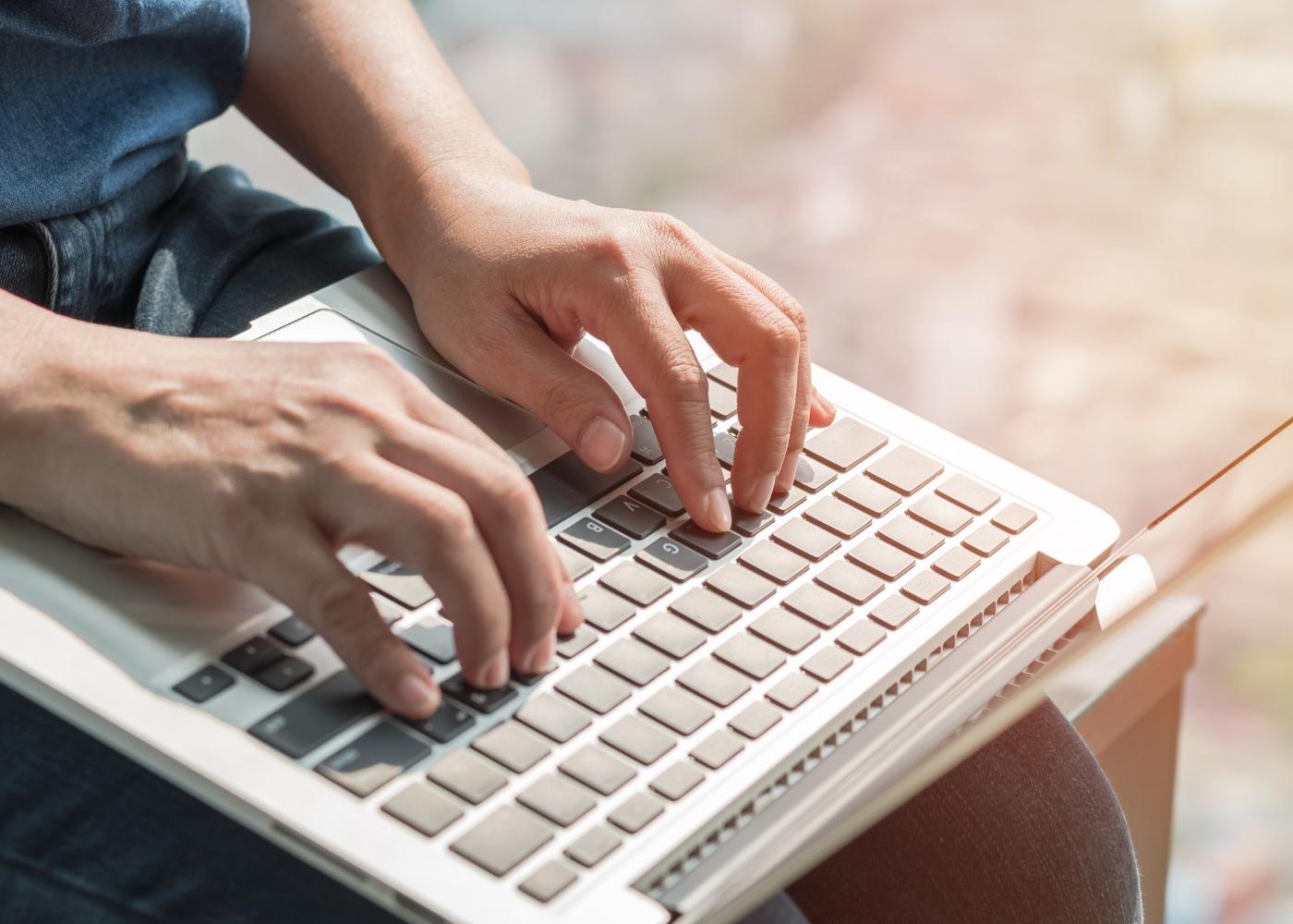 pessoa ao computador a consultar matrícula cancelada