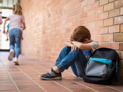 criança a chorar na escola por sofrer de bullying