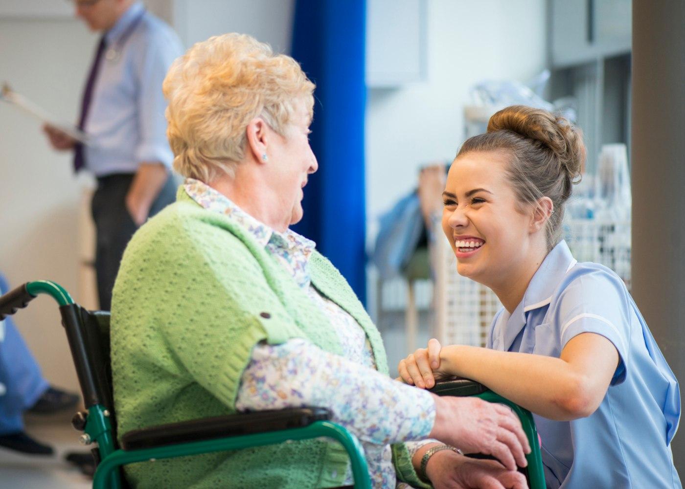 enfermeira a auxiliar idosa