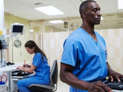 carreira de enfermagem: enfermeiros a trabalhar