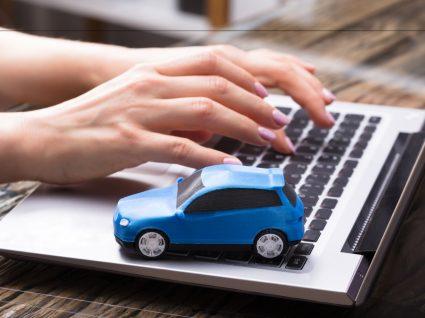 pessoa no computador a consultar multas de trânsito