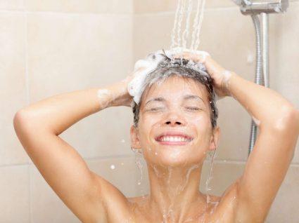 Mulher no banho a experimentar os melhores champôs