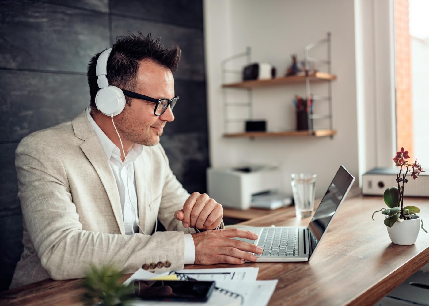 trabalhador em call de skype