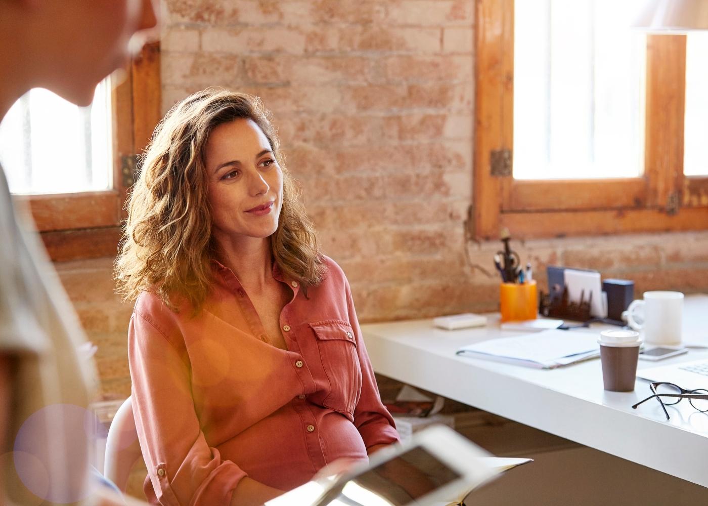 mulher grávida no escritório