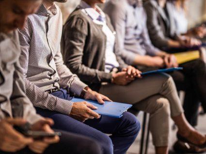 pessoas sentadas com documentos para procurar emprego
