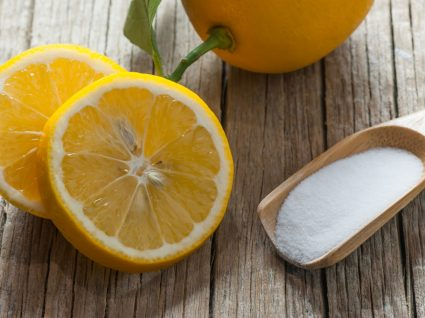 colher com bicarbonato de sódio e laranjas ao lado