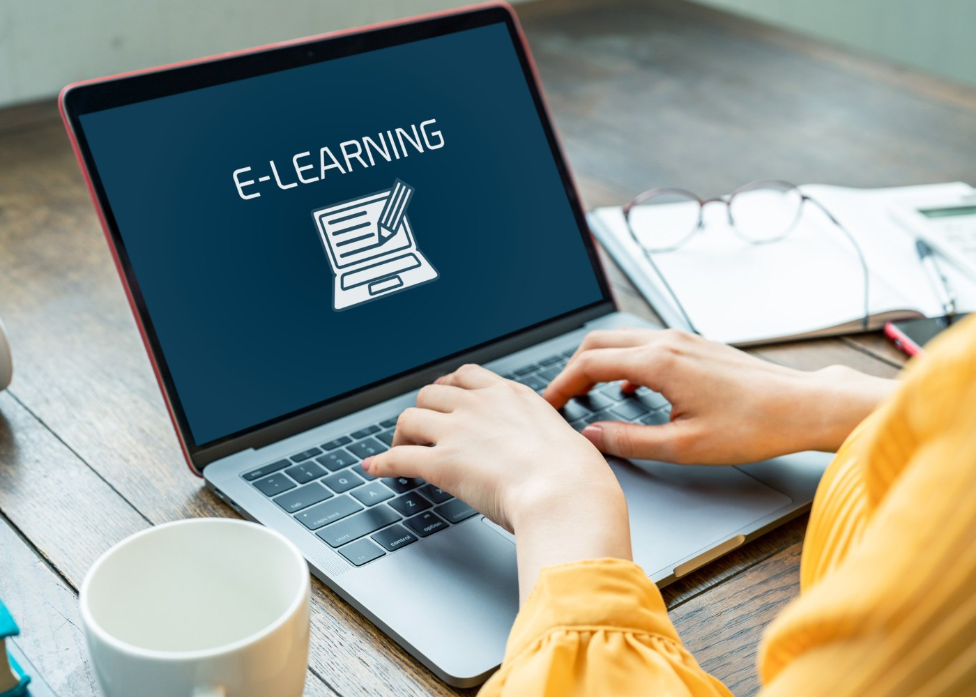 pessoa no computador a aceder à escola virtual