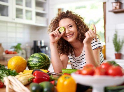 Mulher a usar ingredientes de beleza escondidos na despensa