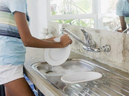 Lavar a loiça à mão ou na máquina
