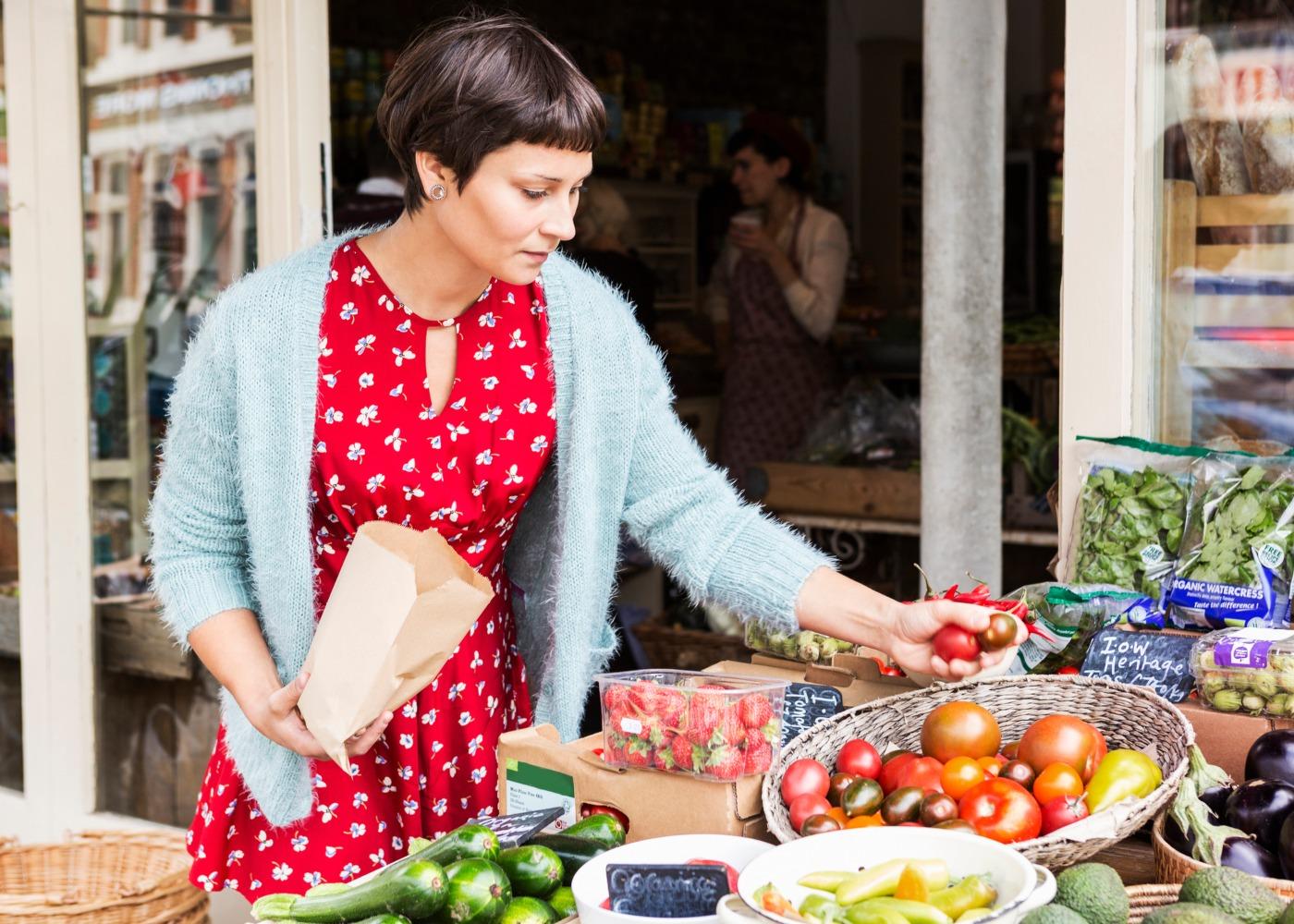 mulher no mercado a comprar a granel