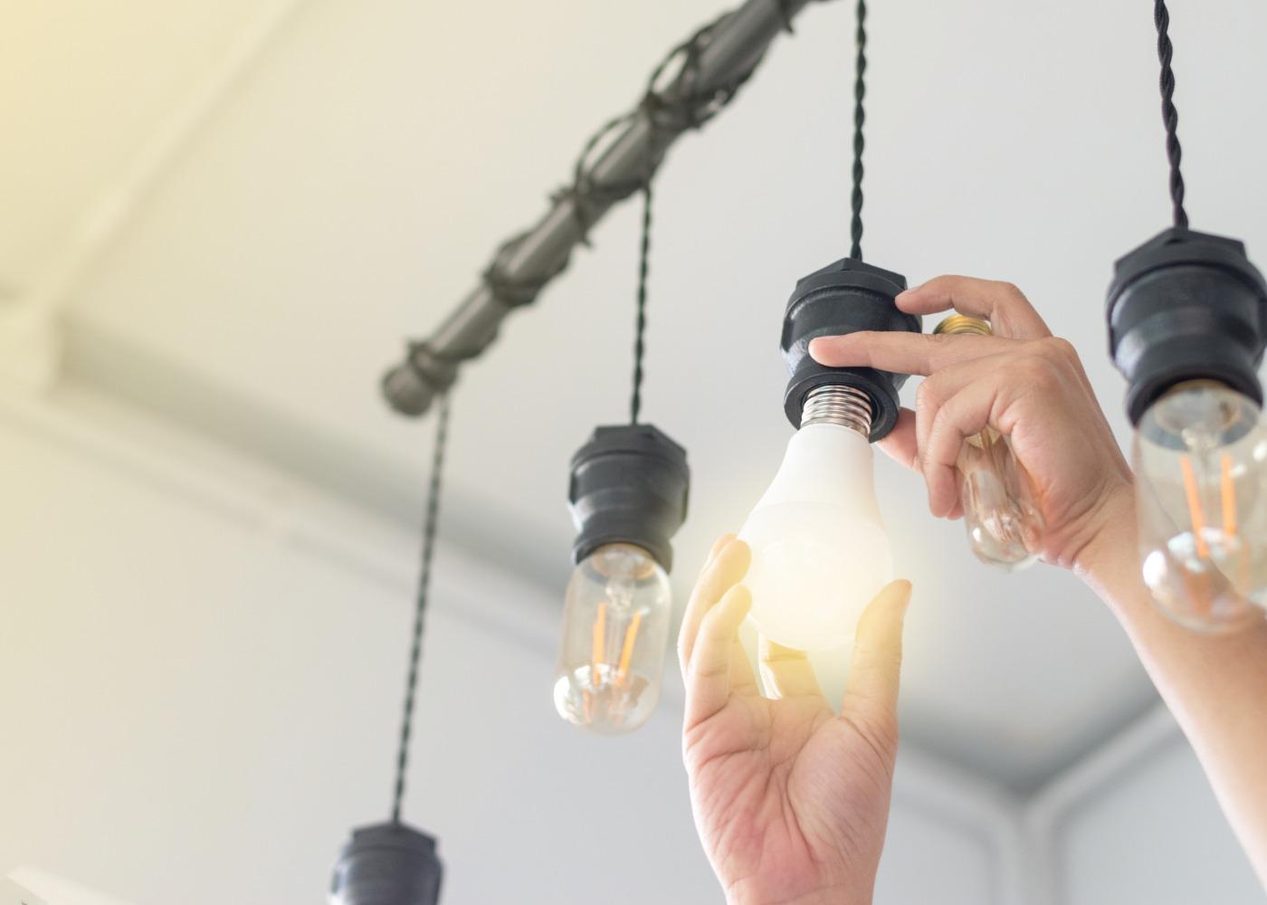 pessoa a trocar lâmpada por led