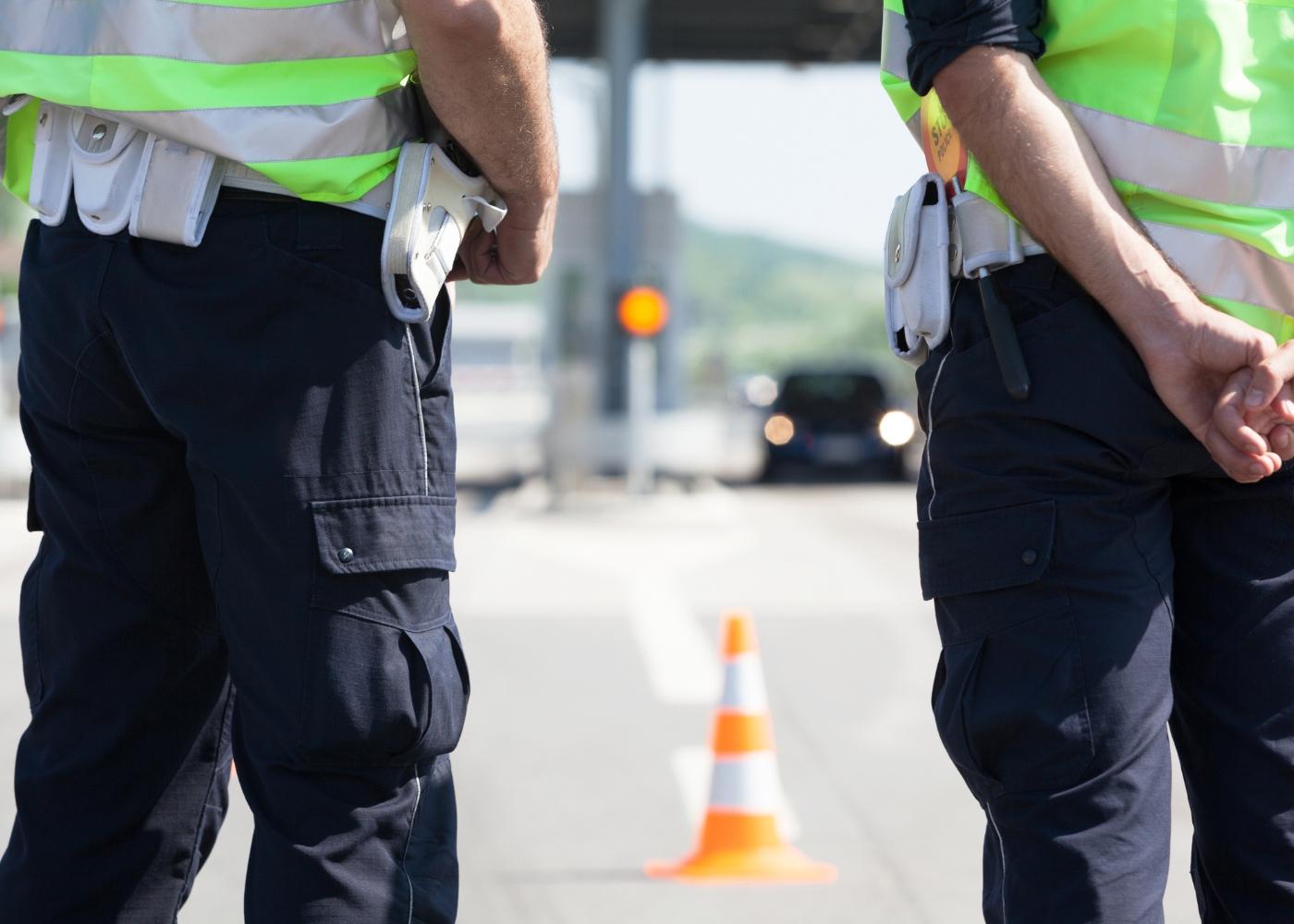 dois polícias a analisar o trânsito