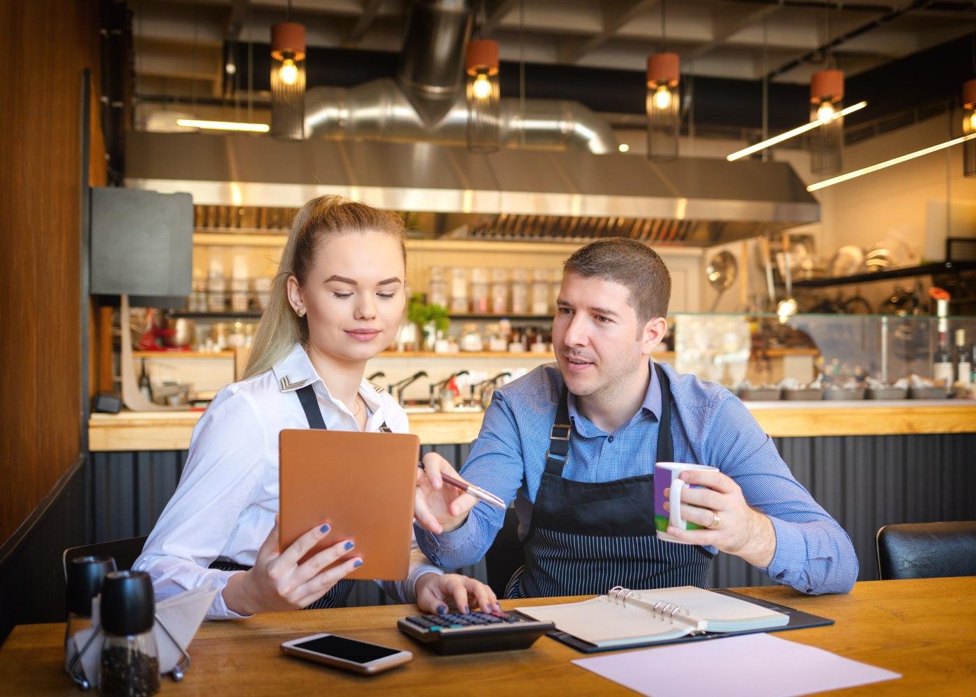 jovem com idade mínima pata trabalhar empregada num café