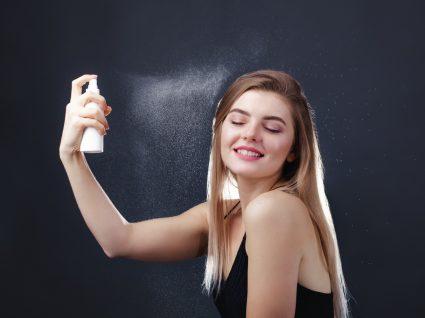 Jovem mulher a usar água termal