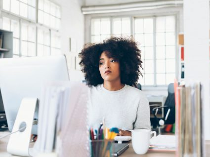 jovem com conflito no trabalho com ar deprimido no escritório
