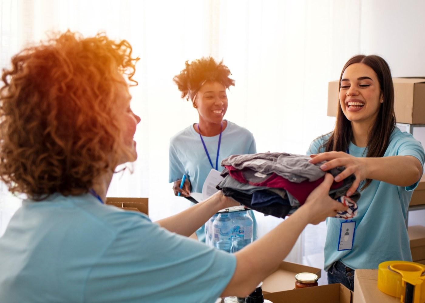 trabalhadoras de IPSS a recolher roupa