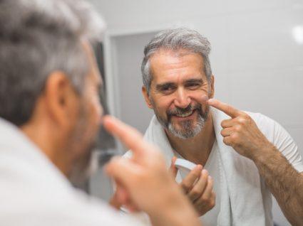 Aplicar cremes de rosto para homem