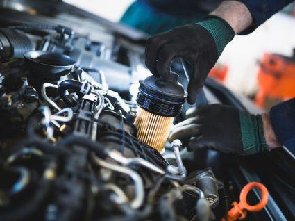 mecânico a mudar o filtro de combustível entupido
