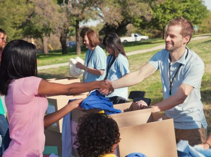 voluntários a recolher roupa