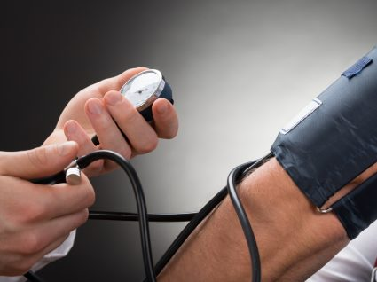 Homem a medira a tensão arterial