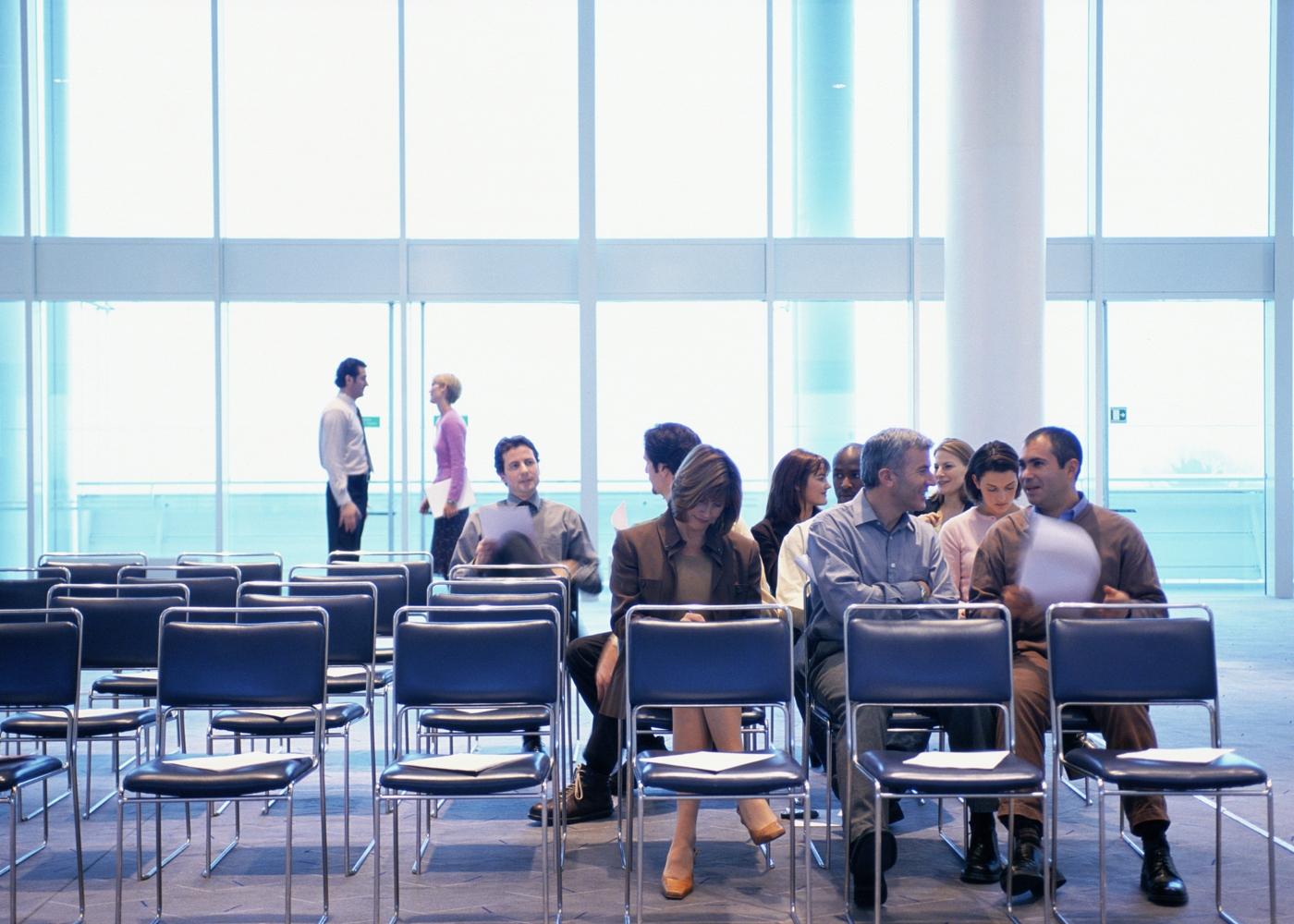 pessoas sentadas na sala de espera para formação