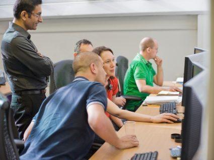 adultos a ter formação com computadores