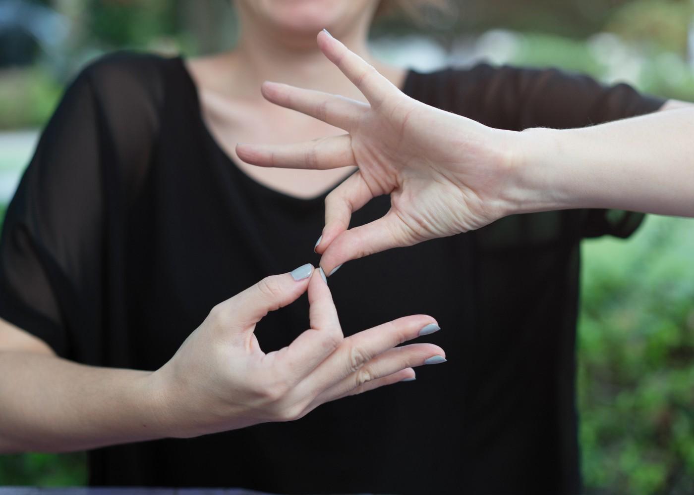 mulher a fazer uma palavra em língua gestual