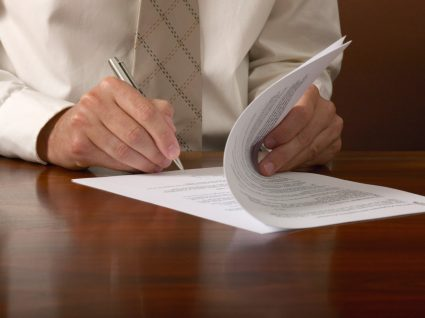pessoa a assinar um contrato