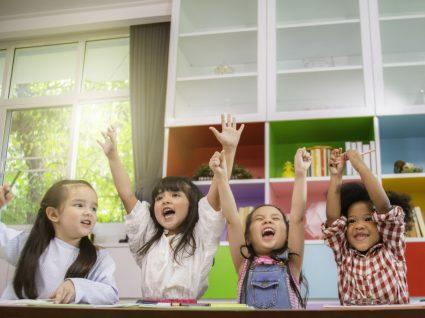 crianças divertidas na escola