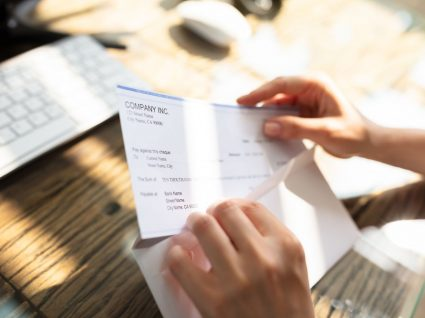 pessoa a consultar valor de compensação por caducidade do contrato de trabalho