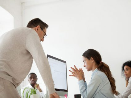mulher a sofrer de discriminação no trabalho por parte de colega homem