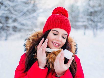 Mulher a aplicar hidratantes para o inverno
