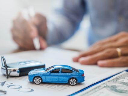 pessoa a assinar documento de registo de propriedade automóvel