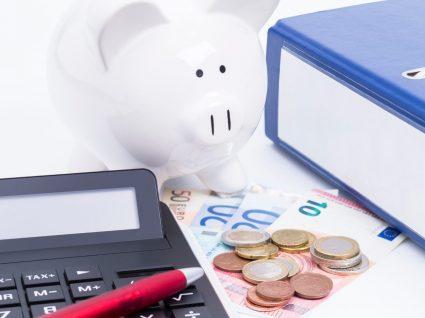 objetos necessários para fazer o cálculo do subsídio de férias dispostos em cima de uma mesa