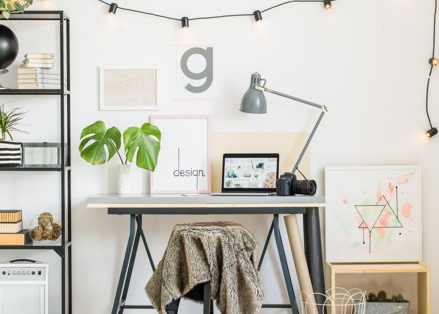 escritório em casa com armário e secretária