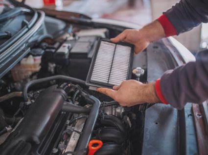 mecânico a segurar um dos filtros do carro