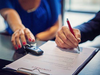 pessoa a assinar um contrato de renting automóvel