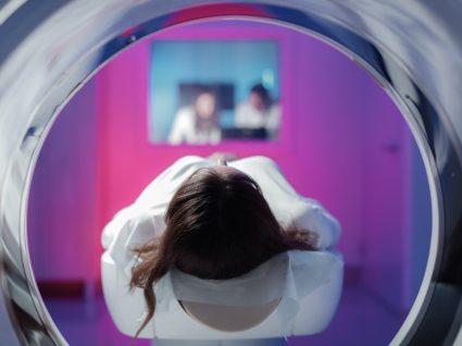 Mulher a fazer ressonância magnética