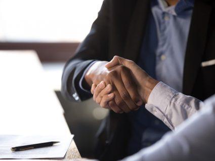 trabalhador e empregador em acordo sobre despedimento no período experimental
