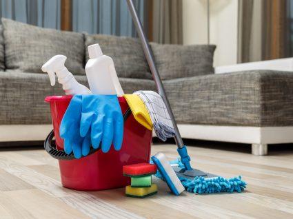 produtos de limpeza e sofá em segundo plano