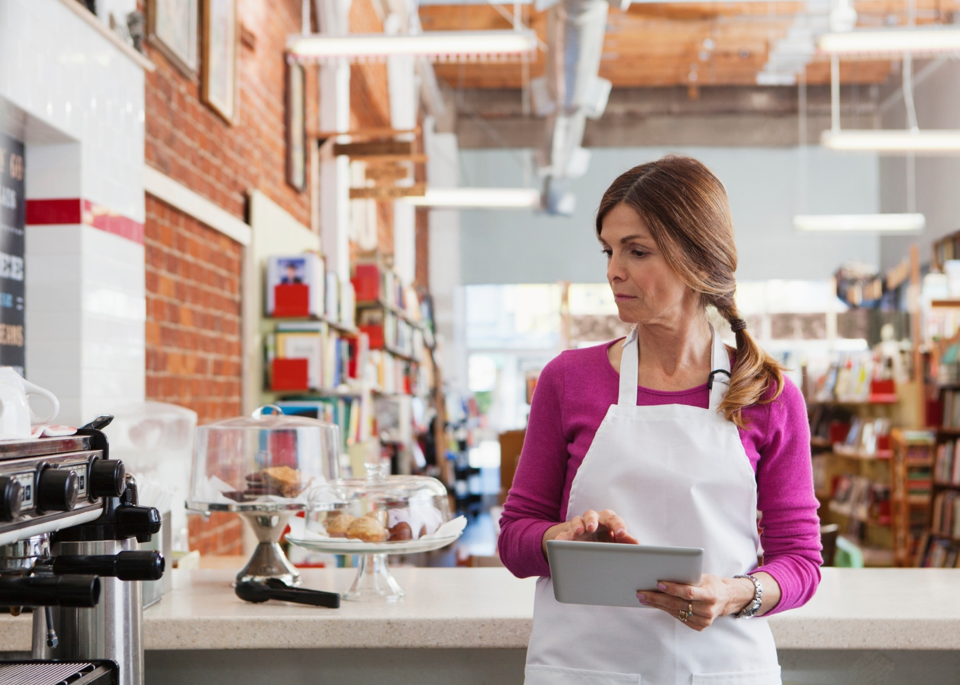 mulher a trabalhar num café